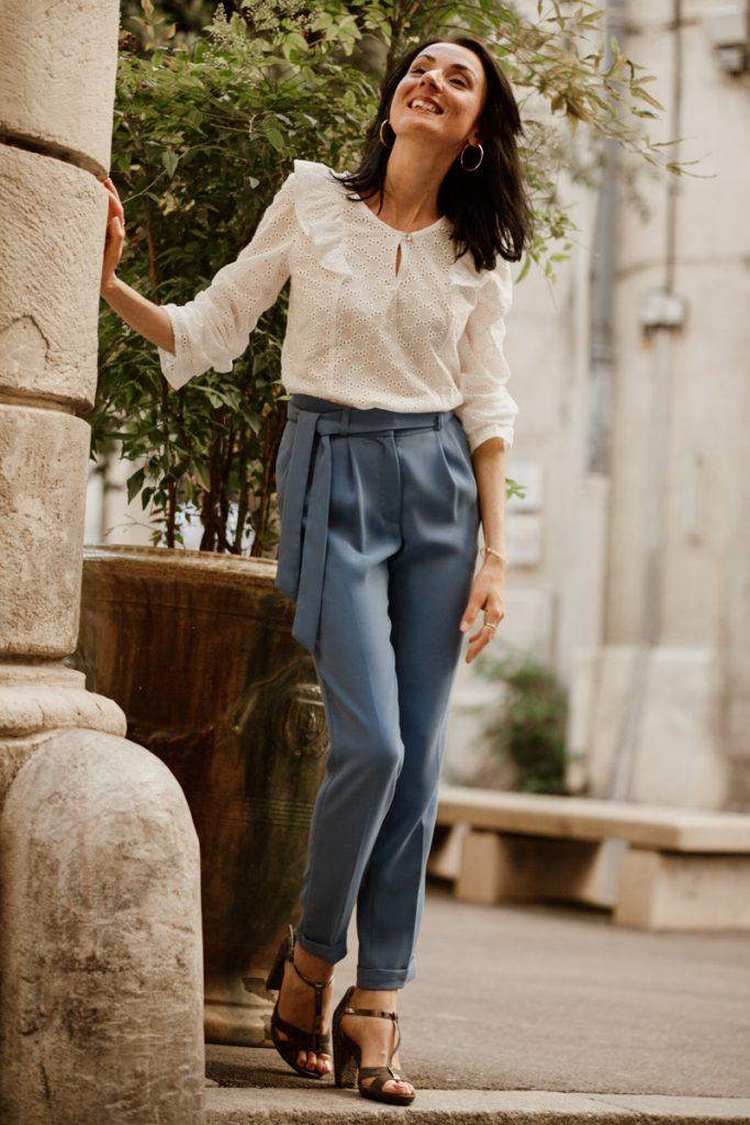 Vêtements made in France Danielle Engel, marque de mode éthique à Montpellier. Blouse blanche en coton et pantalon présentés par Mademoiselle Coccinelle, blogueuse mode responsable