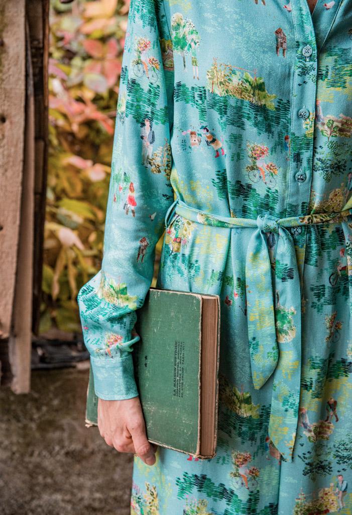 Vêtements eco-responsable de la marque française de mode éthique Bleu Tango, présentés par la blogueuse Mademoiselle Coccinelle dans son jardin potager d'automne. Détails de la robe motif Permaculture.
