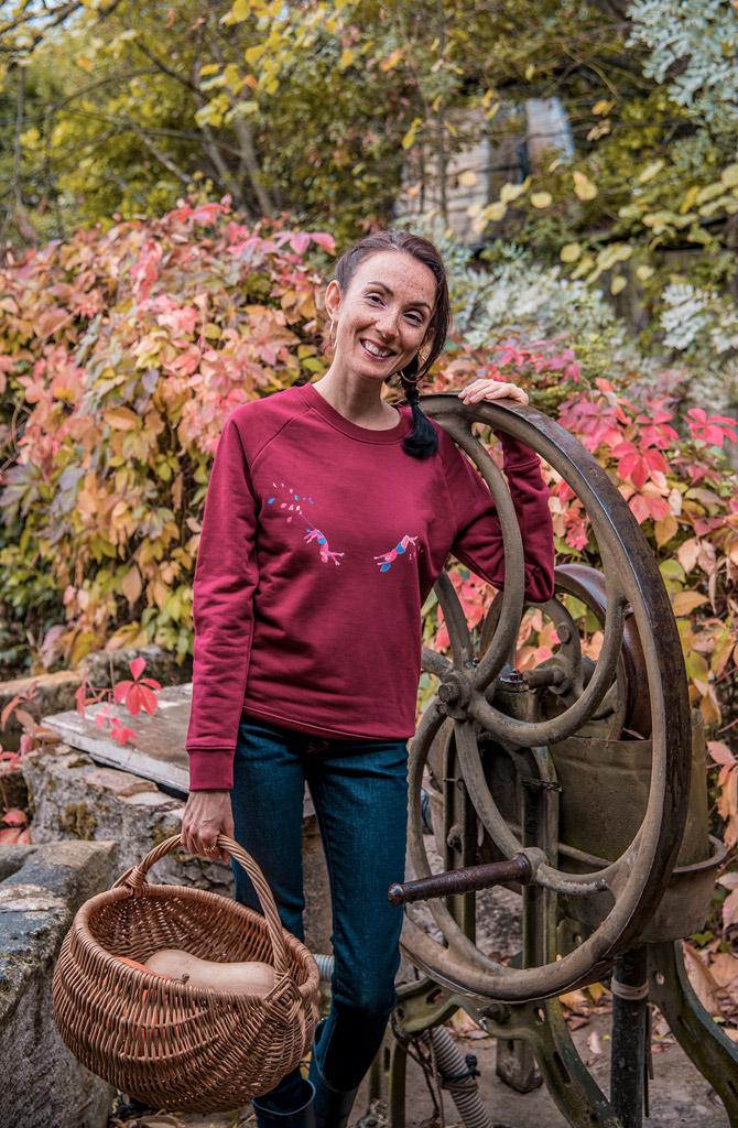 Vêtements eco-responsable de la marque française de mode éthique Bleu Tango, présentés par la blogueuse Mademoiselle Coccinelle dans son jardin potager d'automne. Sweat en coton bio motif Acrobates et jeans made in France Atelier Tuffery.