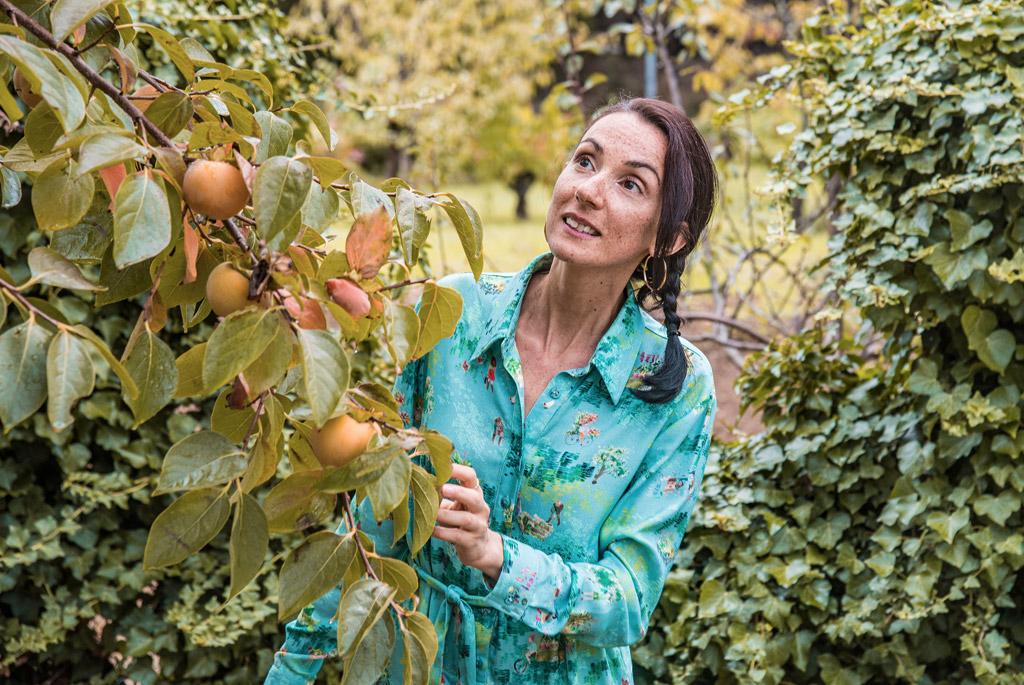 Vêtements eco-responsable de la marque française de mode éthique Bleu Tango, présentés par la blogueuse Mademoiselle Coccinelle dans son jardin potager d'automne. Robe motif Permaculture.