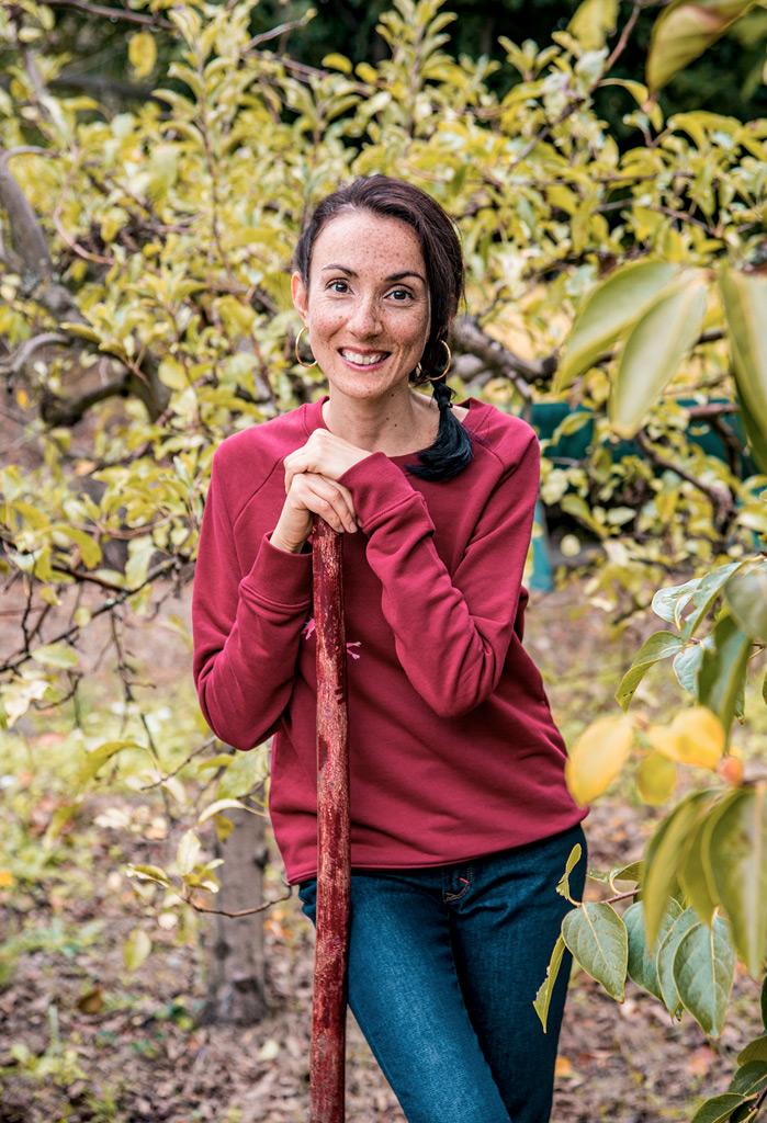 Vêtements eco-responsable de la marque française de mode éthique Bleu Tango, présentés par la blogueuse Mademoiselle Coccinelle dans son jardin potager d'automne. Sweat en coton bio motif Acrobates.