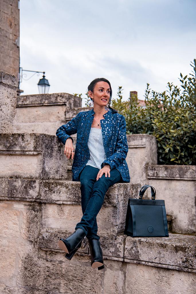 Vêtements eco-responsable de marques françaises de mode éthique, présentés par la blogueuse Mademoiselle Coccinelle. Veste chic réversible motif Chats Bleu Tango, jeans made in France Atelier Tuffery et sac à main issu de l'upcycling Entre 2 Rétros.